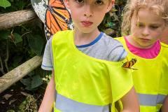 ausflug-kita-gwunderwelt-papiliorama-schmetterling-auf-den-schultern-junge-und-ein-maedchen