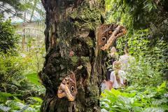 ausflug-kita-gwunderwelt-papiliorama-schmetterlinge-auf-dem-baumstamm
