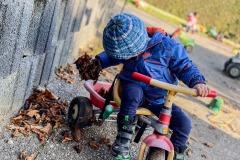 fahrradfahren-draussen-an-der-frischen-luft-in-der-kita-gwunderwelt