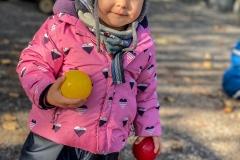 kita-gwunderwelt-kind-mit-gelbem-ball