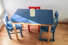 kita-gwunderwelt-spielzimmer-mit-tisch-und-stuehlen