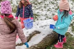schnee-gemeinsam-spielen-im-garten-kita-gwunderwelt