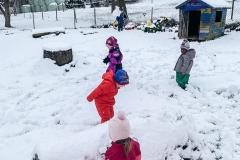 schnee-spielen-gemeinsam-kita-gwunderwelt