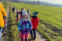 spazieren-ein-team-kinder-im-winter-kita-gwunderwelt
